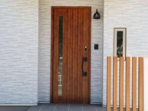 窓がドアノブから遠い位置にある玄関ドア