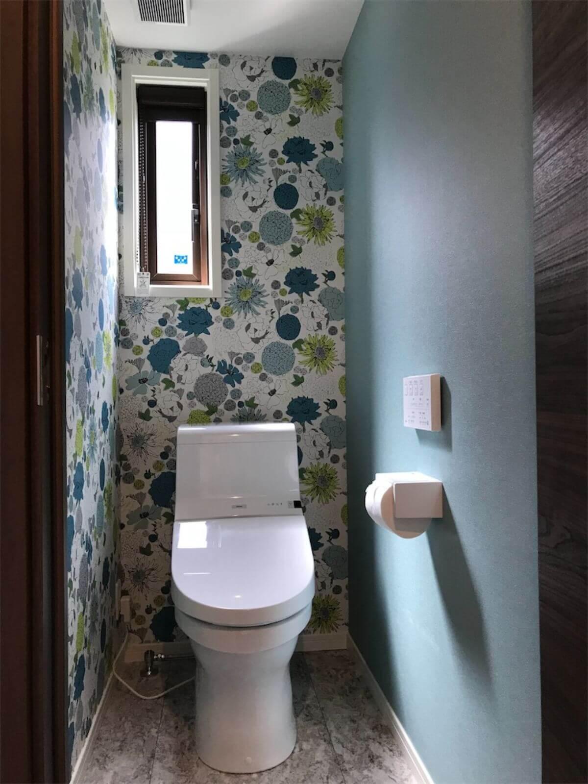 背面に柄物アクセントクロスのあるトイレ空間