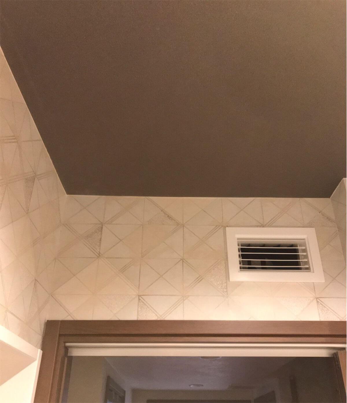 洗面室の茶色い天井とエアロテック給気口
